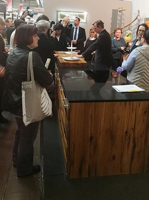 Herr Ministerpräsident Bodo Ramelow bestaunt Pfister Altholzküche