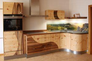 Massivholzküche mit runden Formen