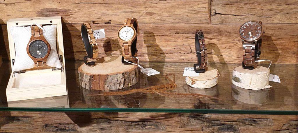 Holzuhren und Schmuck der Firma Waidzeit im Shop von Pfister Möbelwerkstatt